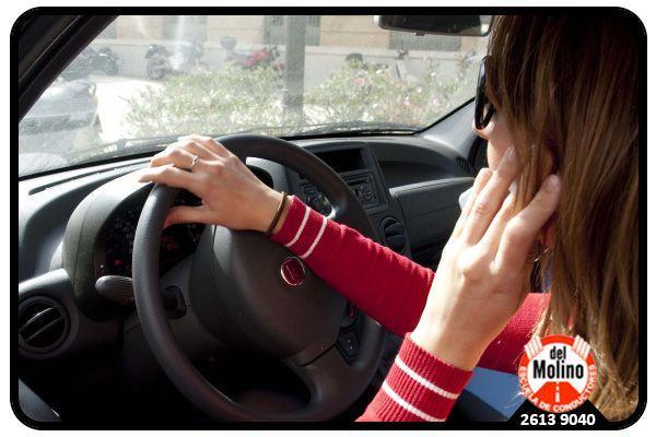 Uso de celulares mientras se conduce puede causar accidentes fatales.