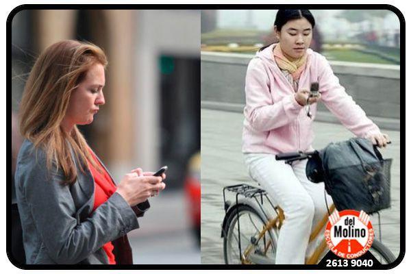 Peatones y ciclistas usando el celular