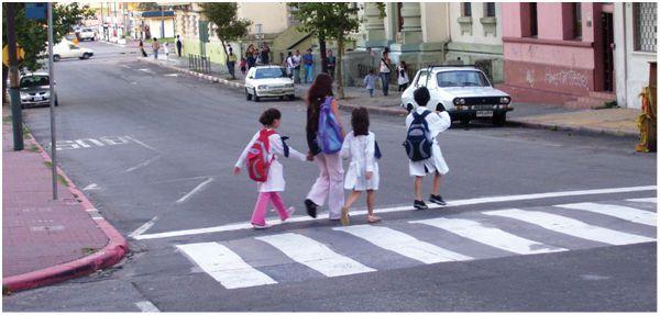peatones cruzando